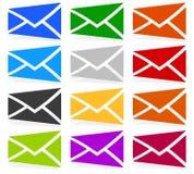 Simboli della busta in 12 colori come contatto, supporto, icone del email, Immagini Stock