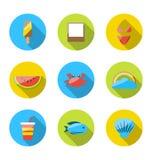 Simboli delle vacanze estive di pianificazione, del turismo e degli oggetti di viaggio Fotografia Stock Libera da Diritti