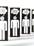 Simboli di carta degli uomini che pensano alla crisi Fotografia Stock Libera da Diritti