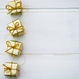 Simboli di Natale e decorazioni dell'albero quali le scatole dei presente Fotografie Stock Libere da Diritti