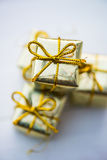 Simboli di Natale e decorazioni dell'albero quali le scatole dei presente Fotografia Stock Libera da Diritti