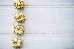Simboli di Natale e decorazioni dell'albero quali le scatole dei presente Immagine Stock