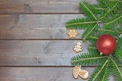 Simboli di Natale sullo scrittorio di legno Immagini Stock Libere da Diritti