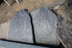 Simboli e mantra di Budda della pietra di tiraggio di Autentic della foto del primo piano orizzontale Viaggio Trakking del Nepal immagini stock