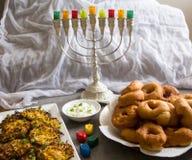 """Simboli ebrei di Chanukah di festa contro fondo bianco; trottola tradizionale, candelabri tradizionali del menorah, """"Sfinj """"Donu immagine stock libera da diritti"""