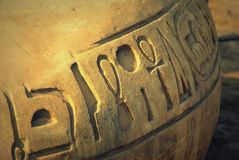 Simboli egiziani antichi scolpiti sulla pietra della sabbia immagini stock libere da diritti