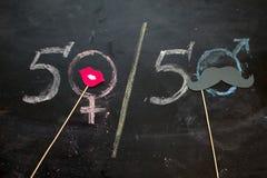Simboli o segni di genere per il maschio ed il sesso femminile attinti una lavagna immagini stock