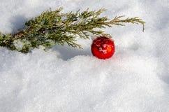 Simboli tradizionali di Natale sulla neve Decorazioni per l'albero di Natale fotografia stock