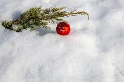 Simboli tradizionali di Natale sulla neve Decorazioni per l'albero di Natale fotografie stock