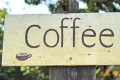 Simbolice el café en el fondo de madera foto de archivo libre de regalías