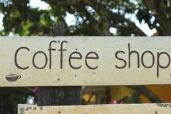 Simbolice el café en el fondo de madera imágenes de archivo libres de regalías