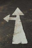 Simbolice las flechas en la calle. imágenes de archivo libres de regalías
