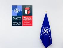 Simbolice y la bandera del sammit de la OTAN en Polonia foto de archivo