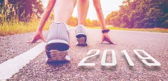 2019 simboliza el comienzo en el Año Nuevo Comienzo del funcionamiento de la gente imagen de archivo