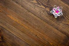 Simbolo buddista (JPG +EPS) Fiore di Lotus sullo spazio di legno scuro della copia di vista superiore del fondo fotografia stock
