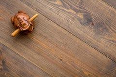 Simbolo buddista (JPG +EPS) Rana di legno orientale sullo spazio di legno scuro di vista superiore del fondo per testo immagine stock