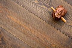 Simbolo buddista (JPG +EPS) Rana di legno orientale sullo spazio di legno scuro di vista superiore del fondo per testo fotografia stock