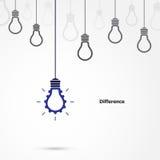 Simbolo creativo della lampadina con il segno dell'ingranaggio ed il concetto di differenza Immagini Stock