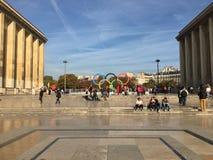 Simbolo dei giochi olimpici sul posto di Trocadero davanti ad Eiffel t fotografia stock libera da diritti