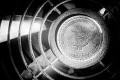 simbolo del bitcoin che mette sull'attrezzatura mineraria prezzo basso di scambio per il cryptocurrency fotografie stock