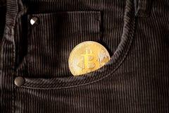 Simbolo del bitcoin dell'ultimo della moneta di oro di logo di Bitcoin della catena cripto del blocchetto del blockchain di tecno Fotografie Stock