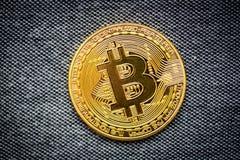 Simbolo del bitcoin dell'ultimo della moneta di oro di logo di Bitcoin della catena cripto del blocchetto del blockchain di tecno Fotografia Stock Libera da Diritti