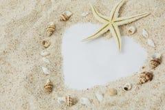 Simbolo del cuore con la sabbia bianca della spiaggia immagine stock