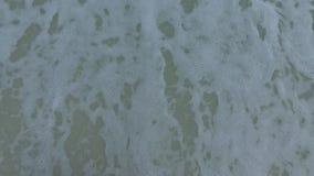 Simbolo del cuore della pittura della mano della donna sulla sabbia della spiaggia Spiaggia di Pensacola, Florida video d archivio