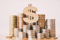 Simbolo del dollaro e pila di monete nel concetto del risparmio e di crescita dei soldi o dei risparmi di energia fotografia stock