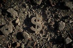 Simbolo del dollaro su sporcizia o su detriti immagine stock