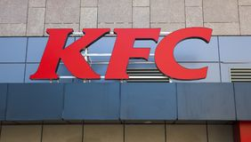 Simbolo del Kentucky o di KFC Fried Chicken su un fast food Iasi, Romania Fotografia Stock