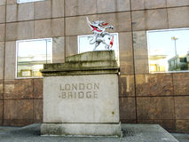Simbolo del ponte di Londra vicino all'entrata al ponte Fotografia Stock