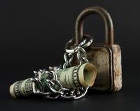 assicuri il risparmio dei soldi con il lucchetto, il dollaro e la catena Fotografie Stock