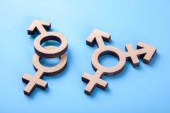 Simbolo del transessuale e simboli di genere dell'uomo e della donna dell'albero sul blu fotografia stock libera da diritti