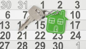 Simbolo della casa con la chiave d'argento su fondo di legno d'annata Fotografie Stock