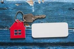 Simbolo della casa con la chiave d'argento su fondo di legno d'annata Fotografia Stock Libera da Diritti
