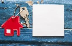 Simbolo della casa con la chiave d'argento su fondo di legno d'annata Fotografie Stock Libere da Diritti