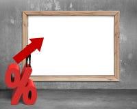 Simbolo della freccia della tenuta dell'uomo d'affari sul segno di percentuale con il whitebo Immagine Stock