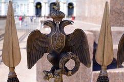 Simbolo della monarchia contro il palazzo di inverno Immagine Stock Libera da Diritti