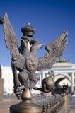 Simbolo della monarchia contro l'arco della costruzione dello stato maggiore Immagine Stock