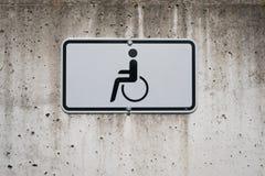 Simbolo della sedia a rotelle sul segno - punto di parcheggio handicappato Fotografie Stock Libere da Diritti
