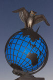 Simbolo della statua di conoscenza intorno al mondo immagini stock