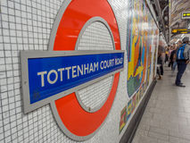 Simbolo della stazione della metropolitana di Londra Fotografia Stock Libera da Diritti