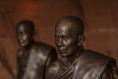Simbolo delle statue dei monaci buddisti di pace e di serenità fotografia stock