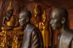 Simbolo delle statue dei monaci buddisti di pace e di serenità immagine stock libera da diritti
