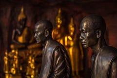 Simbolo delle statue dei monaci buddisti di pace e di serenità fotografie stock