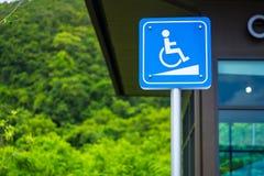 Simbolo di accesso della rampa di handicap Modo della sedia a rotelle o segno di parcheggio, raggiro fotografia stock