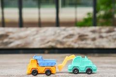 Simbolo di agricoltura del trasporto - escavatore verde con il camion Fotografie Stock Libere da Diritti