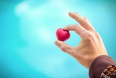 Simbolo di amore di forma del cuore nella festa di giorno di biglietti di S. Valentino della mano dell'uomo Fotografia Stock Libera da Diritti