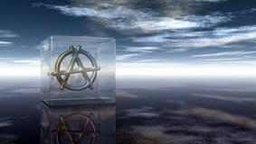 Simbolo di anarchia del metallo in cubo di vetro Fotografie Stock Libere da Diritti
